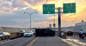 台北市民大道貨車翻車 竟是酒駕自撞橋墩…
