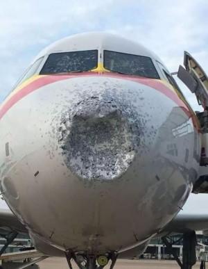 玻璃被打裂!高空突遇冰雹 中國客機滿目瘡痍