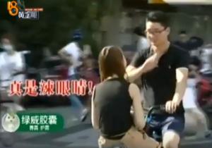 情侶「面對面」共騎一輛單車 交警開罰:女友超重!