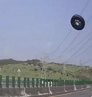 差點「輪」為殺人凶器! 國道超大輪胎噴飛連撞兩車(影音)