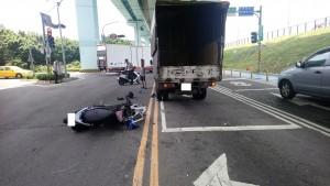 機車騎士撞待轉貨車殞命 駕駛無奈「以後開車有陰影」