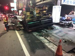基隆鋪柏油工程車下坡失控 衝撞11車1騎士受傷