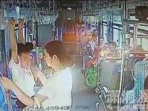 強國大媽要兒在公車做吊環訓練 司機勸阻不成反被投訴