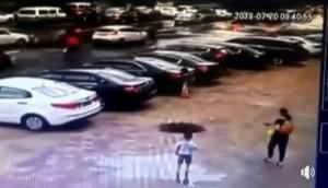路面地基被大雨掏空 老翁走在路上突然「消失」