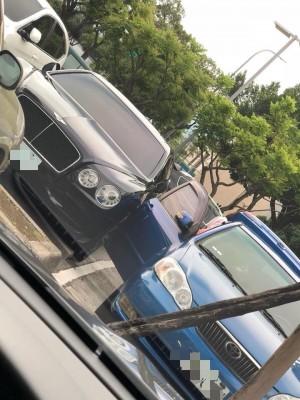 婦霸氣開車門竟刮到賓利...掀網心疼車主求「畫面不能沉」
