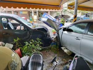 廂型車突爆胎   失控撞騎樓轎車