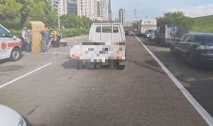 騎士遭路邊貨車切入撞昏迷 孕妻帶幼兒求行車記錄器