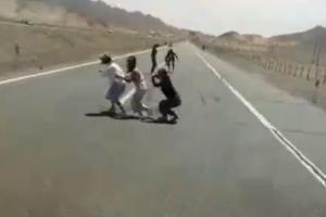 強國素質!蹲高速公路上拍照 遊客慘遭鐵棍追打...