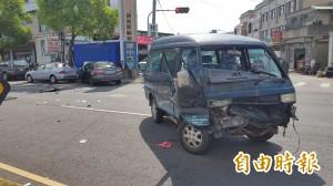 路口2車碰撞    8旬翁駕駛彈出貨車外