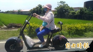 最潮阿嬤!孝兒打造「瞎趴」電動「重機」 77歲婦hen嬉皮