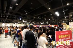 秀泰影城文心店今開幕 民眾大排長龍搶99元優惠