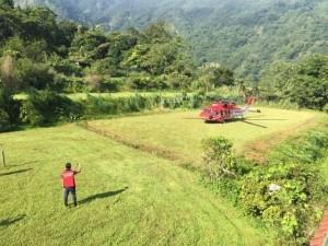 小黑熊胖2公斤仍想念媽媽 搭黑鷹直升機運送保育中心