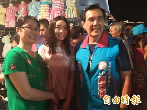 台南逛夜市人氣高 馬英九:別拍我吃東西 老婆會生氣