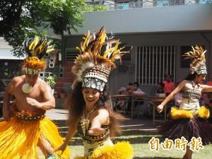體驗異國風情 救星教養院童跟夏威夷舞者學舞、做花環