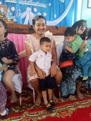 單親爸笑穿粉色洋裝出席母親節活動 感動百萬網友
