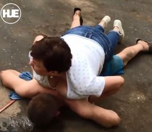戰鬥民族女包包被搶 霸氣用胸部壓制歹徒