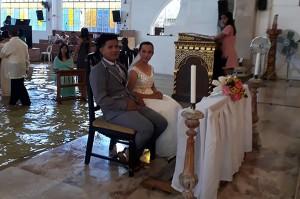 教堂淹水照樣結婚 菲律賓新人被讚「年度最佳婚禮」