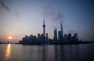 上海外灘  1個招牌掉落砸中路人3死6傷