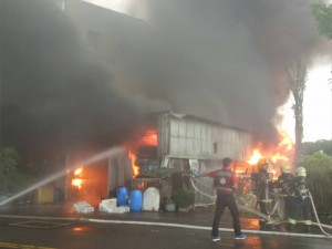 嘉義市育人路鐵皮屋大火 變壓器傳爆炸聲