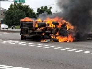 擦撞休旅車後翻覆起火   小貨車燒成廢鐵