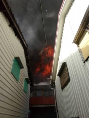 嘉市長安街民宅大火 1婦人遭灼傷送醫