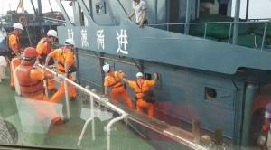 中國漁船狡猾拒檢 海巡隊強力壓制帶回6人
