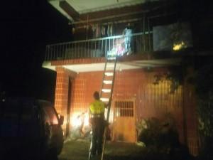 獨居7旬婦躺2樓陽台涼椅昏迷 警消爬梯救援