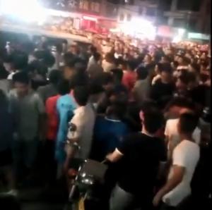 六四再現? 城管毆老兵引千人抗議 中國出動裝甲車