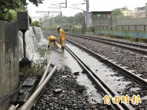 雨彈狂炸水淹鐵軌   鳳山火車站一度雙向不通