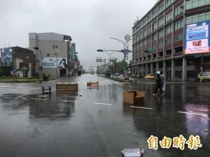 積水未退再遇大雨 台南永康家具四散路面