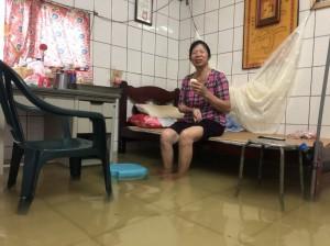 阿嬤坐在淹水房間吃包子 這一幕讓網友好心疼!