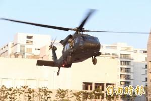 黑鷹飛官頭盔被風吹走 航特部懲處還要索賠