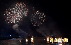雞籠中元祭最高潮! 煙火照夜空、水燈逐浪頭