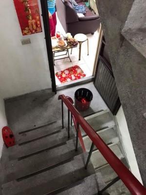 扯!鄰居「樓梯間」燒金紙搞到全是煙 環保局:不開罰