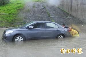 網傳電動機車可涉深水?  師傅打臉:無防泡水功能