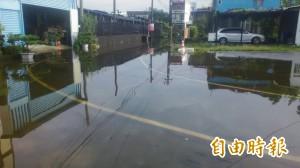 沙包擋車「造浪」應急 小村居民盼裝「擋水神器」