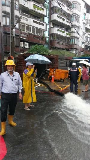 雨炸高雄762戶停電 剩鳳山青年路大樓25戶漏夜搶修中