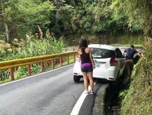台灣最美的風景!轎車不慎掉入水溝 路過駕駛紛紛下車幫抬