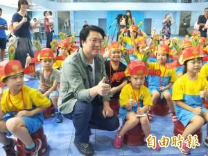開學日 林右昌為小一生點朱砂、戴狀元帽