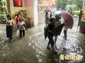 開學日遇午後大雷雨!內壢國中淹到腿肚 學生涉水回家