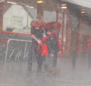 狗狗超市外淋雨 暖心店員衝上去幫披外套擋雨