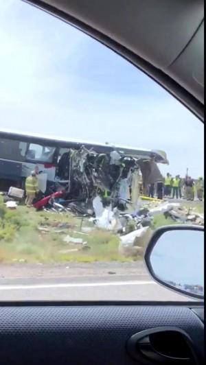 聯結車爆胎對撞巴士 美嚴重車禍釀至少7死