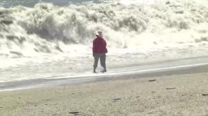驚悚畫面曝光!內埤海灘落海婦人遭大浪吞噬瞬間被拍下