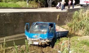 小貨車失控栽入大水溝 駕駛急逃生受輕傷