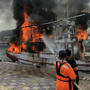 野柳火燒船!漁船引擎室起火 整艘被火舌吞噬