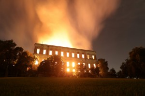 驚!巴西故宮大火 疑是天燈類物品引起