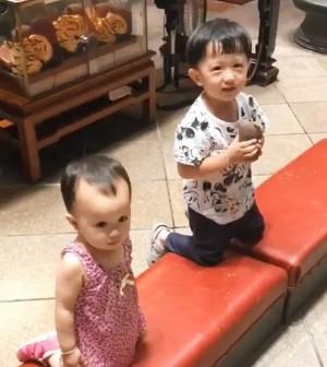 「媽祖我可以買玩具嗎?」 2歲萌娃擲筊結果…
