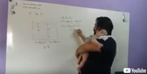 父愛偉大!不願見兒子哭 物理教師抱著授課