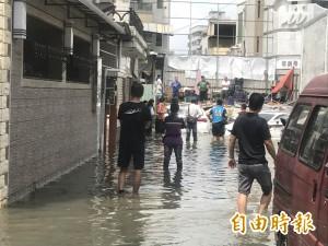 太誇張!下10分鐘雨   竟讓永康154巷民宅淹水