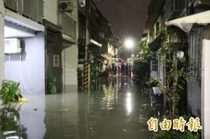 永康中華路淹水才抽完 今晚下雨又GG了…